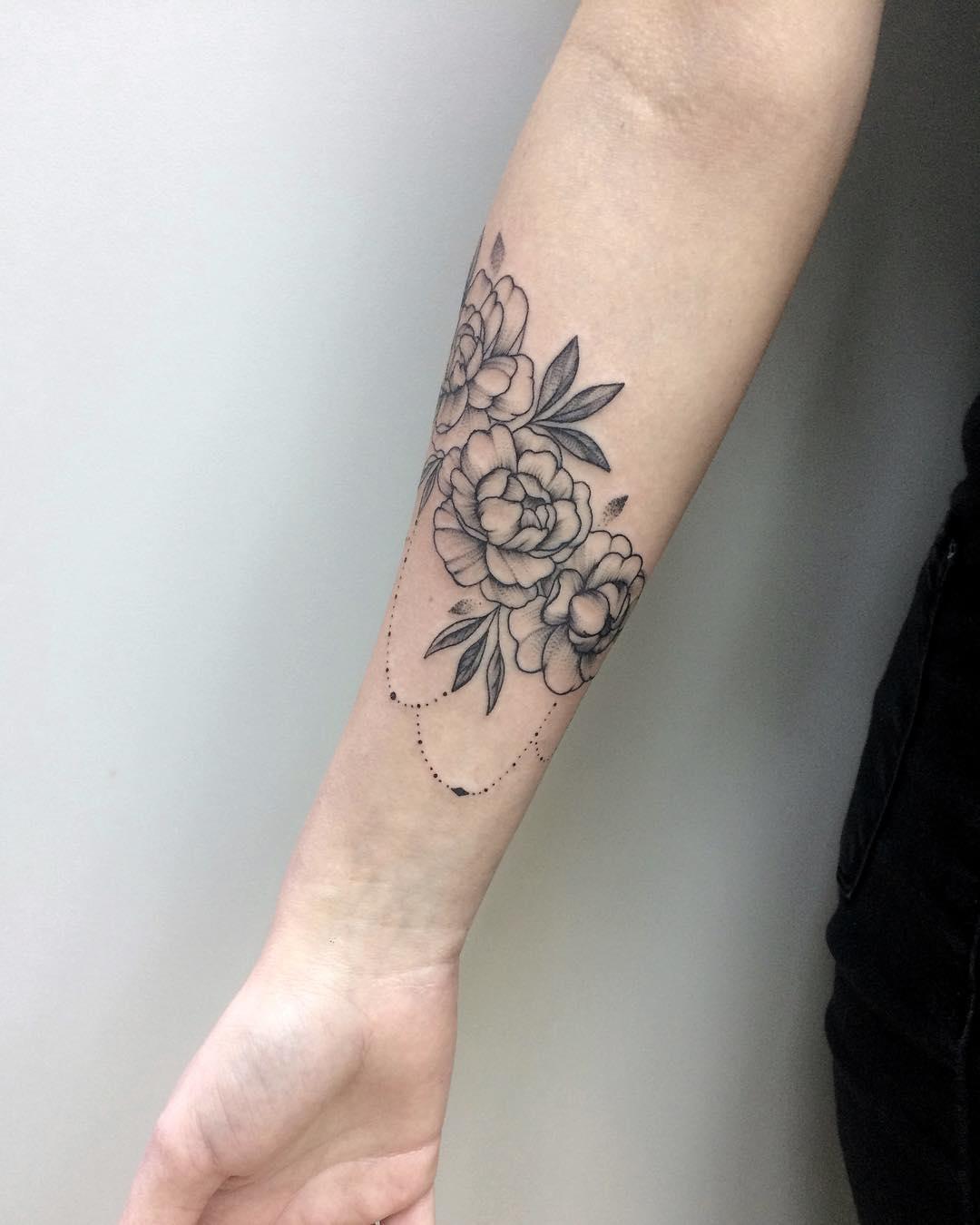 做商务专员的解小姐小臂牡丹纹身图案